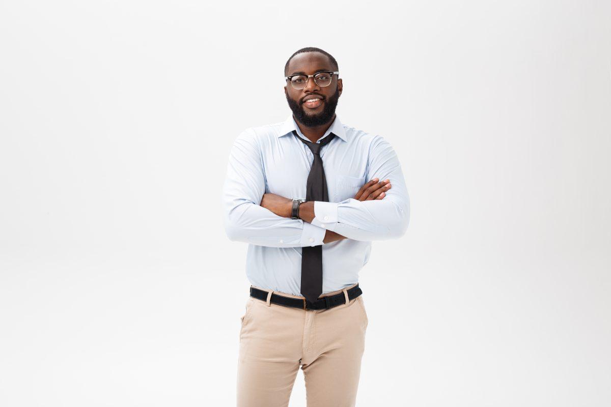 Chico joven emprendedor quiere crear la página web de su empresa innovadora